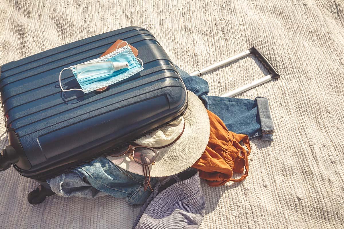 covid-19, valise prête pour partir, voyager, masque