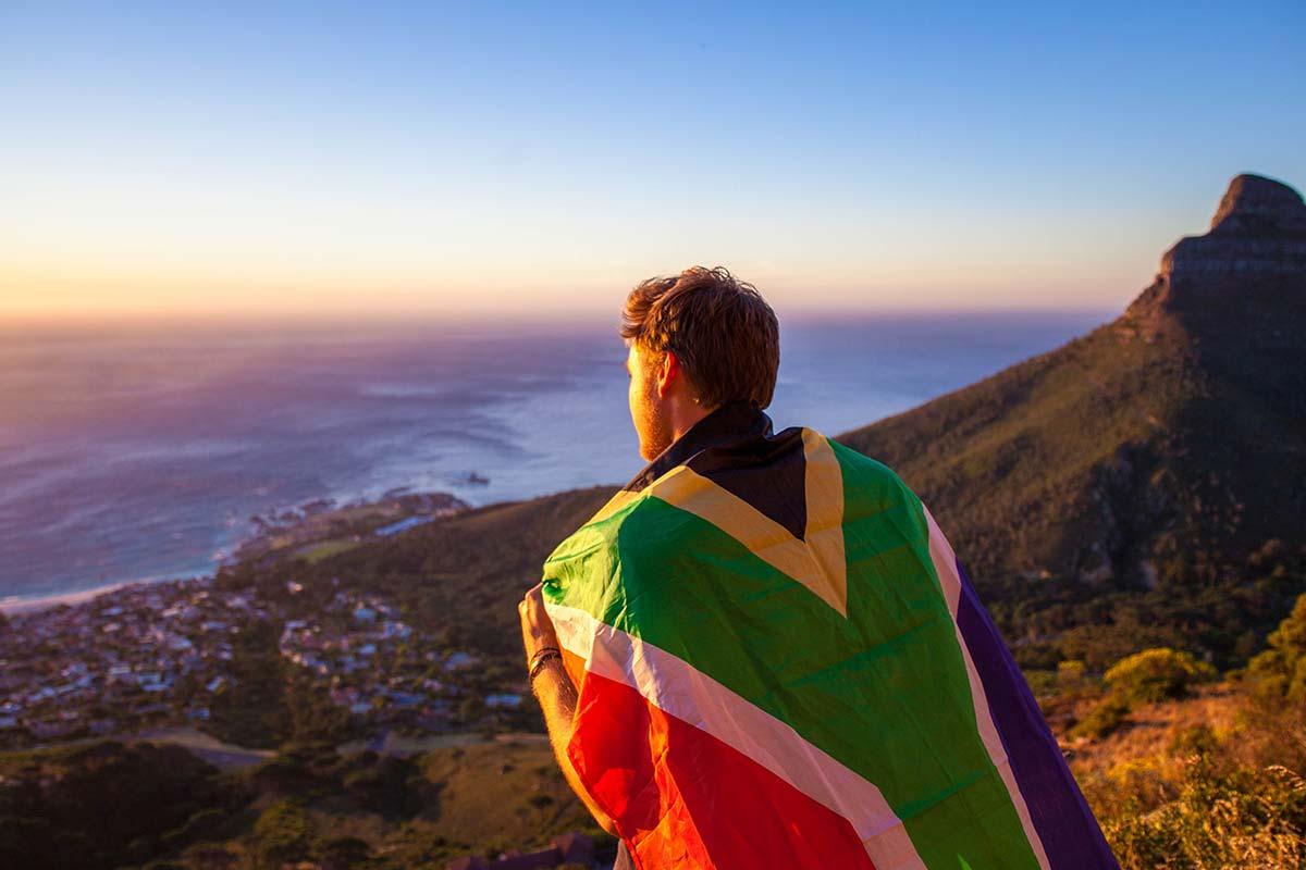 homme avec le drapeau de l'Afrique du Sud, Cape Town, montagne, mer